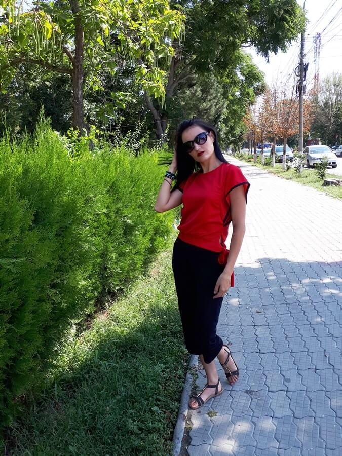 Top roșu și pantaloni 3/4 de la Fashion Mia